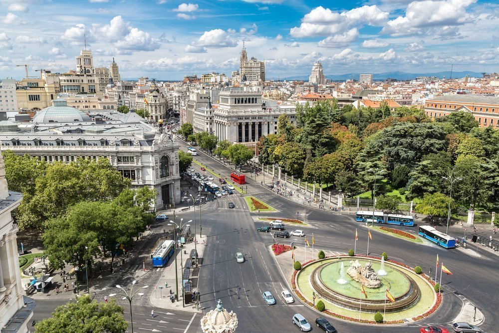 Tráfico en el entorno de plaza Cibeles en Madrid