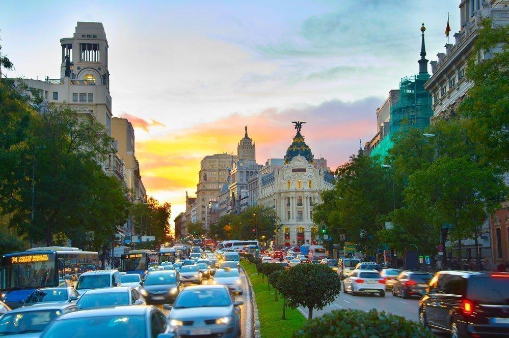 Atasco de coches circulando por el centro de Madrid