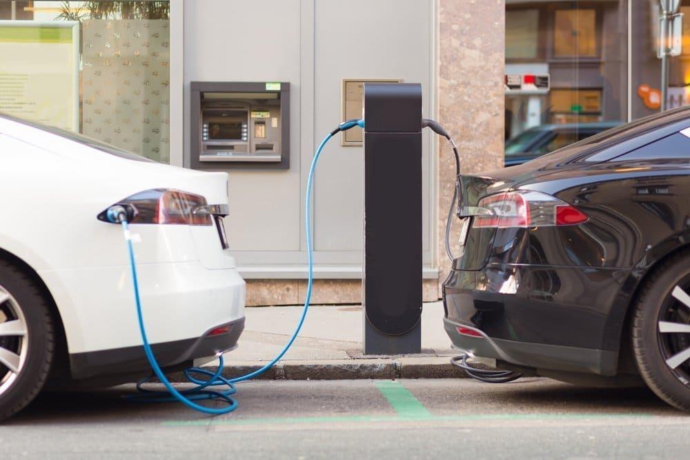 Dos coches cargando en puesto de recarga eléctrica