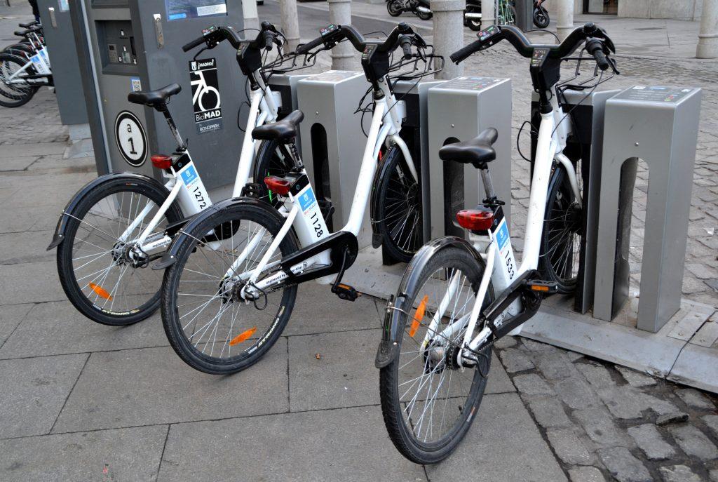 Bicicletas electricas de BiciMAD ancladas en puesto tótem