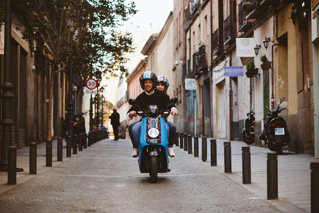 pareja viaja en motosharing Movo por Madrid